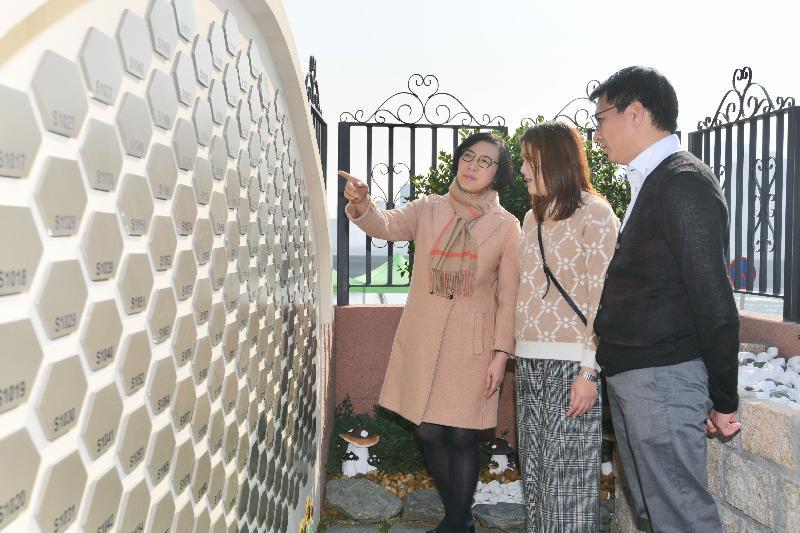 食物及衞生局局長陳肇始教授(左一)今日(一月二十二日)到訪荃灣華人永遠墳場寧馨園。