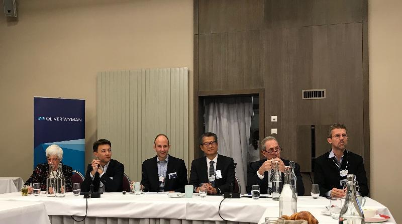 财政司司长陈茂波今日(达沃斯时间一月二十二日)在瑞士达沃斯出席一个以人工智能为主题的早餐论坛。陈茂波(右三)在论坛中表示,香港科技发展的主要方向包括人工智能,这有助推动智慧城市及不同产业的发展。