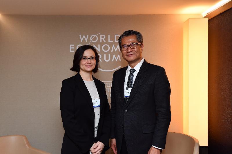 财政司司长陈茂波今日(达沃斯时间一月二十二日)在瑞士达沃斯出席世界经济论坛年会。图示陈茂波(右)与当地一间保险公司的高层人员会面。