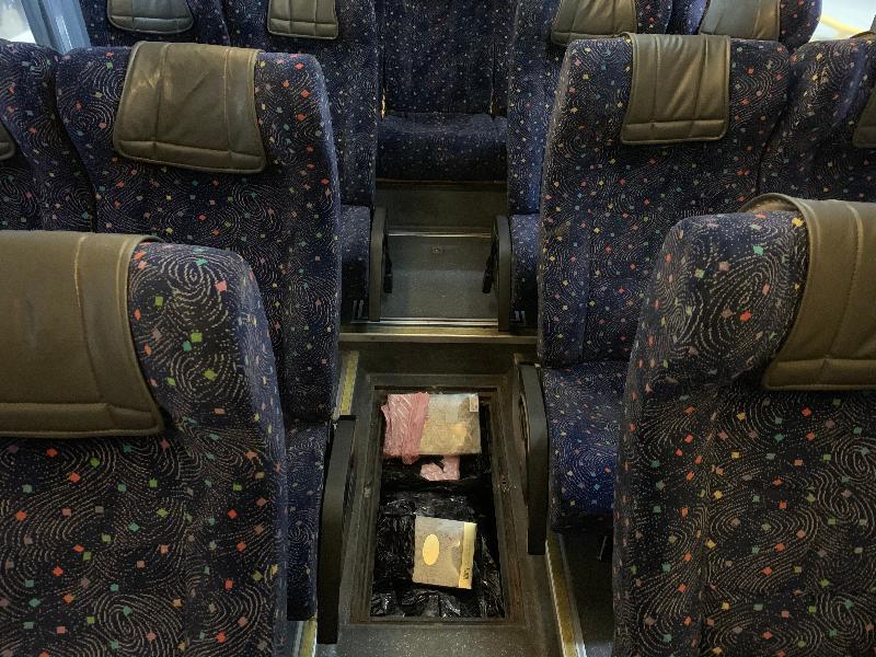 香港海關昨日(一月二十二日)在落馬洲管制站一輛出境旅遊巴士的車廂地台下檢獲約二十五公斤懷疑走私燕窩,估計市值約八十五萬元。
