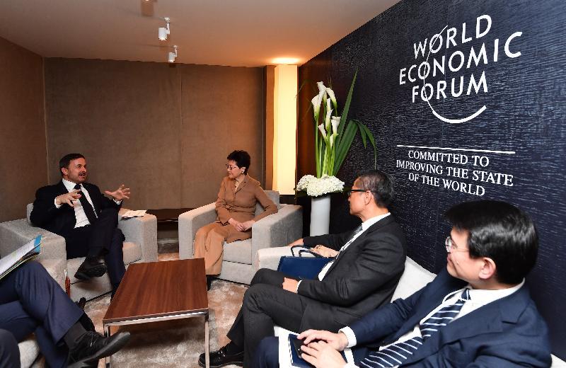 行政長官林鄭月娥昨日(達沃斯時間一月二十二日)在瑞士達沃斯出席世界經濟論壇年會。圖示林鄭月娥(左二)與盧森堡首相貝特爾(左一)會面,財政司司長陳茂波(右二)和商務及經濟發展局局長邱騰華(右一)亦有出席。