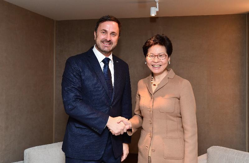 行政長官林鄭月娥昨日(達沃斯時間一月二十二日)在瑞士達沃斯出席世界經濟論壇年會。圖示林鄭月娥(右)與盧森堡首相貝特爾握手。