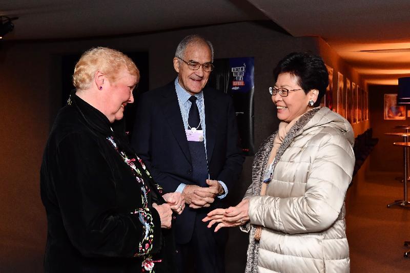 行政長官林鄭月娥昨日(達沃斯時間一月二十二日)在瑞士達沃斯出席世界經濟論壇年會。圖示林鄭月娥(右)與國際十字路會創辦人Malcolm Begbie(中)及Sally Begbie(左)會面。