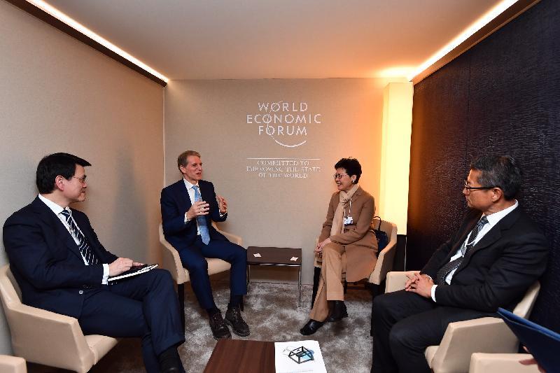 行政長官林鄭月娥昨日(達沃斯時間一月二十二日)在瑞士達沃斯出席世界經濟論壇年會。圖示林鄭月娥(右二)在財政司司長陳茂波(右一)和商務及經濟發展局局長邱騰華(左一)陪同下,與威達信集團執行副總裁及總法律顧問Peter Beshar(左二)會面。