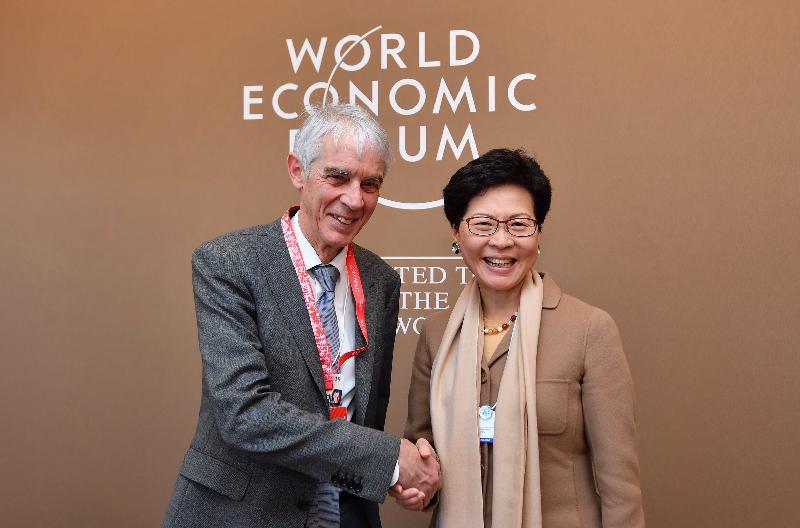 行政長官林鄭月娥昨日(達沃斯時間一月二十二日)在瑞士達沃斯出席世界經濟論壇年會。圖示林鄭月娥(右)與洛桑聯邦理工學院校長Martin Vetterli教授握手。