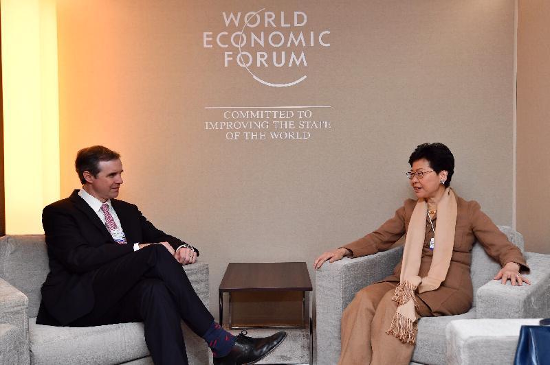 行政長官林鄭月娥昨日(達沃斯時間一月二十二日)在瑞士達沃斯出席世界經濟論壇年會。圖示林鄭月娥(右)與諾華生物醫學研究中心總裁James Bradner博士會面。