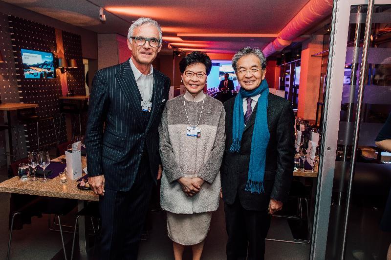 行政長官林鄭月娥(中)昨日(達沃斯時間一月二十二日)在瑞士達沃斯出席世界經濟論壇年會,並應邀出席瑞士信貸集團的招待會,向瑞士信貸集團主席Urs Rohner(左)了解集團在港的最新發展。旁為香港機場管理局主席蘇澤光(右)。