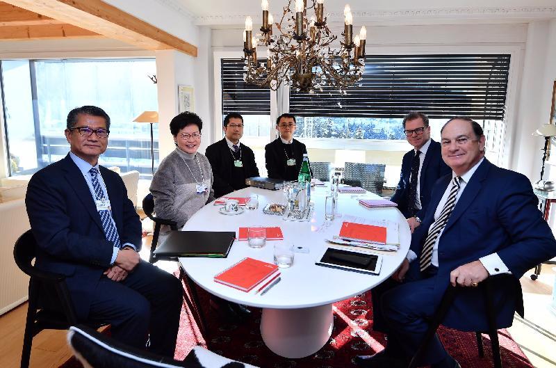 行政長官林鄭月娥今日(達沃斯時間一月二十三日)繼續在瑞士達沃斯出席世界經濟論壇年會。圖示林鄭月娥(左二)與英國保誠主席Paul Manduca(右一)會面,財政司司長陳茂波(左一)亦有出席。
