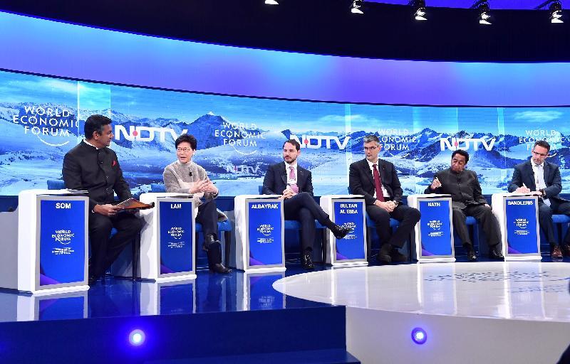 行政長官林鄭月娥今日(達沃斯時間一月二十三日)繼續在瑞士達沃斯出席世界經濟論壇年會。圖示林鄭月娥(左二)在有關展望新興市場發展的環節上發言。