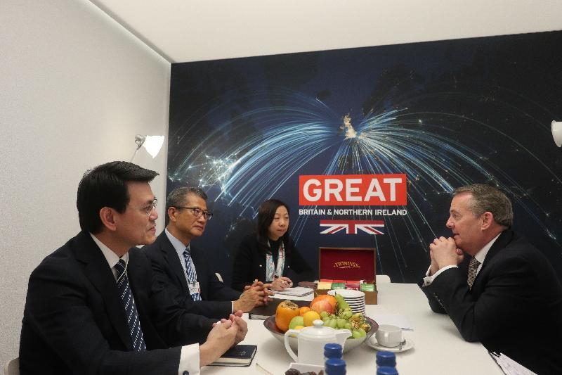 財政司司長陳茂波(左二)和商務及經濟發展局局長邱騰華(左一)今日(達沃斯時間一月二十三日)在瑞士達沃斯與英國國際貿易大臣霍理林(右)會面,探討建立更緊密雙邊經濟聯繫等相關議題,包括未來簽訂自由貿易協定的可能性。香港駐歐洲聯盟特派代表林雪麗(左三)亦有出席會議。