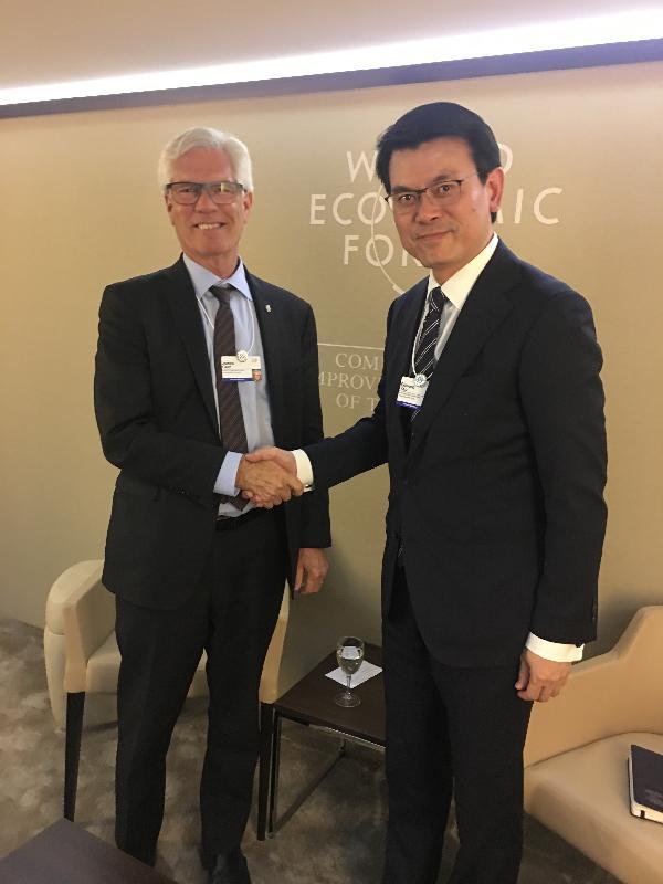 商務及經濟發展局局長邱騰華(右)今日(達沃斯時間一月二十三日)在瑞士達沃斯與加拿大聯邦國際貿易多元化部長James Carr(左)舉行雙邊會議,討論進一步加強兩地貿易合作的前景。