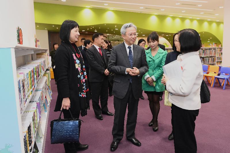 公務員事務局局長羅智光今日(一月二十四日)到訪康樂及文化事務署(康文署)。圖示羅智光(中)參觀元朗公共圖書館,聆聽同事介紹圖書館的多元化服務。旁為康文署署長李美嫦(左一)。