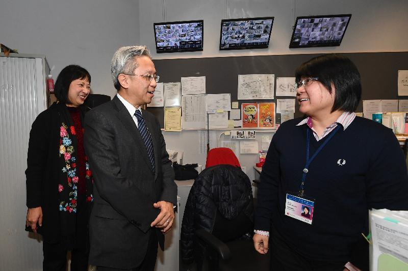 公務員事務局局長羅智光今日(一月二十四日)到訪康樂及文化事務署(康文署)。圖示羅智光(左二)在元朗公共圖書館與同事交談,了解她的日常工作。旁為康文署署長李美嫦(左一)。