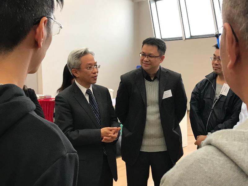 公務員事務局局長羅智光今日(一月二十四日)到訪康樂及文化事務署。圖示羅智光(左一)與部門各職系的員工代表茶敍,就他們關注的事宜交換意見。