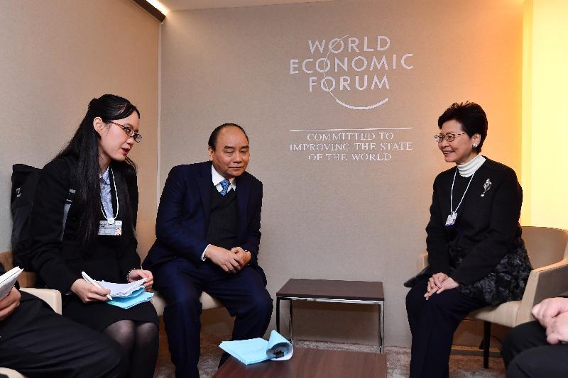 行政長官林鄭月娥今日(達沃斯時間一月二十四日)繼續在瑞士達沃斯出席世界經濟論壇年會。圖示林鄭月娥(右)與越南總理阮春福(中)會面。