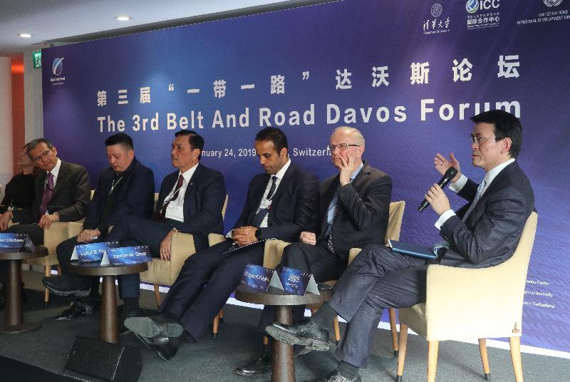 商務及經濟發展局局長邱騰華(右一)今早(達沃斯時間一月二十四日)在瑞士達沃斯出席第三屆「一帶一路」達沃斯論壇,並在題為「建設『一帶一路』及分享全球化經濟效益」的專題討論環節上發言。