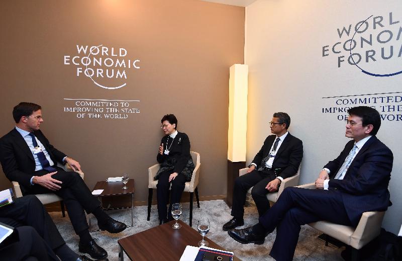 行政長官林鄭月娥昨日(達沃斯時間一月二十四日)繼續在瑞士達沃斯出席世界經濟論壇年會。圖示林鄭月娥(左二)與荷蘭王國首相馬克‧呂特(左一)會面。財政司司長陳茂波(右二)和商務及經濟發展局局長邱騰華(右一)亦有出席。