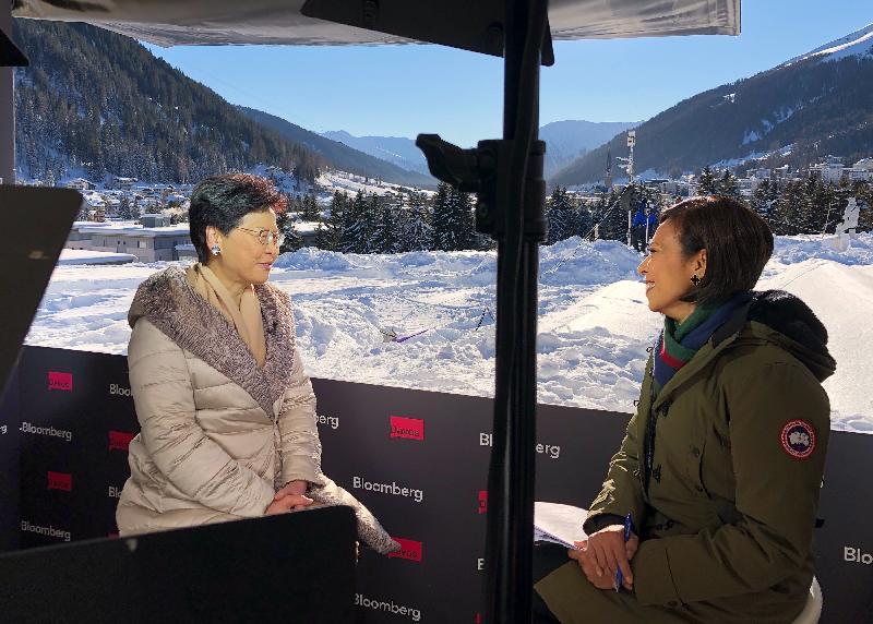 行政長官林鄭月娥昨日(達沃斯時間一月二十四日)繼續在瑞士達沃斯出席世界經濟論壇年會。圖示林鄭月娥(左)接受媒體訪問。