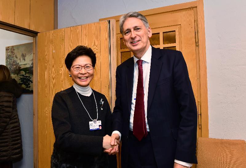 行政長官林鄭月娥昨日(達沃斯時間一月二十四日)繼續在瑞士達沃斯出席世界經濟論壇年會。圖示林鄭月娥(左)與英國財政大臣夏文達會面。