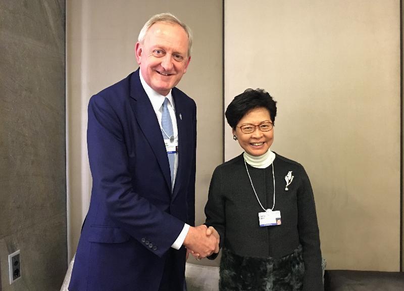 行政長官林鄭月娥昨日(達沃斯時間一月二十四日)繼續在瑞士達沃斯出席世界經濟論壇年會。圖示林鄭月娥(右)與倫敦金融城市長Peter Estlin握手。