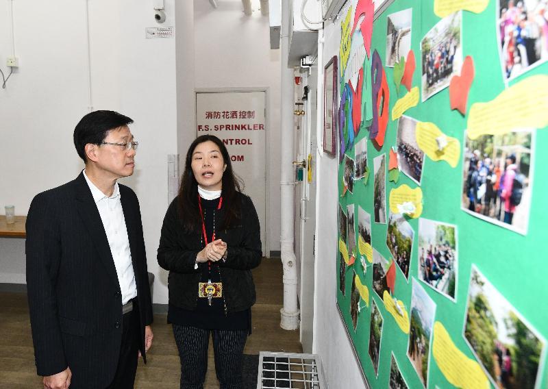 保安局局長李家超(左)今日(一月二十五日)下午到訪沙田區,在香港戒毒會成年婦女康復中心聽取負責人介紹中心的服務。