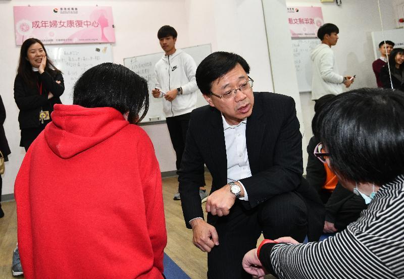 保安局局長李家超(右二)今日(一月二十五日)下午到訪沙田區,參觀香港戒毒會成年婦女康復中心,並與進行健身活動的院友傾談。