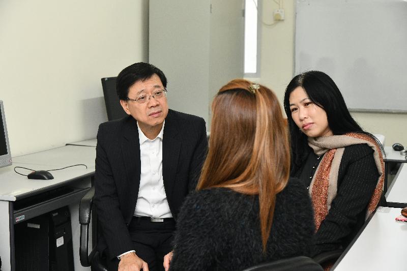 保安局局長李家超(左)今日(一月二十五日)下午到訪沙田區,在香港戒毒會成年婦女康復中心聆聽曾接受該中心服務並成功戒毒的義工分享。