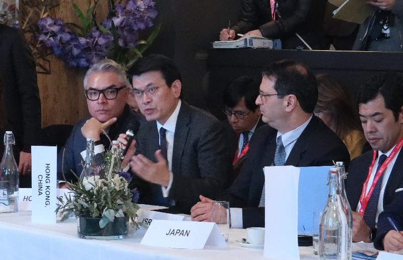 商務及經濟發展局局長邱騰華(左二)今日(達沃斯時間一月二十五日)在瑞士達沃斯出席世界貿易組織(世貿)電子商貿非正式部長級會議,就世貿談判如何協助世貿成員把握電子貿易帶來的機遇發言。