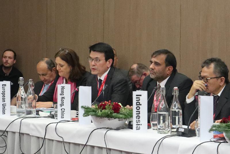 商務及經濟發展局局長邱騰華(右三)今日(達沃斯時間一月二十五日)在瑞士達沃斯出席世界貿易組織(世貿)非正式部長級會議。他在會上就如何推進貿易議程及維持多邊貿易制度的相關性和公信力等議題發言,包括改革世貿的建議。
