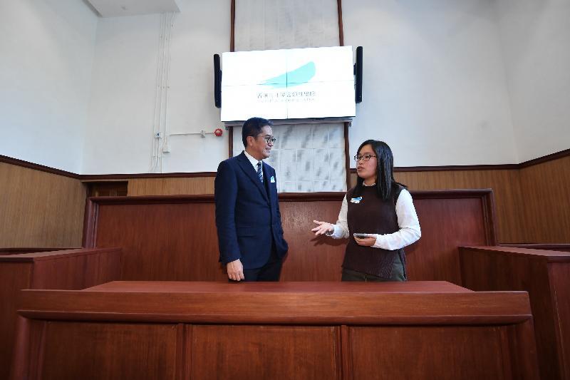 發展局局長黃偉綸今日(一月二十五日)到訪北區,其間參觀香港青年協會領袖學院。學院前身為粉嶺裁判法院,是第三期活化歷史建築伙伴計劃項目之一。圖示黃偉綸(左)聽取青年文化大使介紹舊法院的歷史及建築特色。