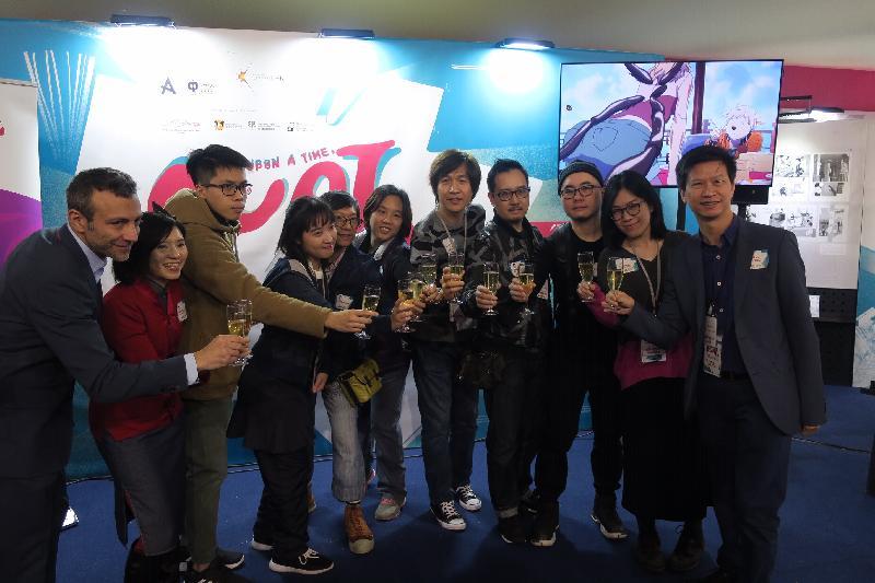 安古蘭國際漫畫節藝術總監Stéphane Beaujean(左一)、香港藝術中心總幹事林淑儀(左二)、 駐布魯塞爾經貿辦副代表許澤森(右一)與香港漫畫家及業內專業人士今日(安古蘭時間一月二十五日)在安古蘭國際漫畫節的《港故仔:香港漫畫巡迴展覽》開幕酒會上合照。