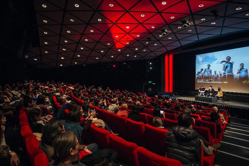 香港驻伦敦经济贸易办事处(伦敦经贸办)赞助华人视觉艺术节于一月二十五日(伦敦时间)在伦敦首次放映由香港编剧陈咏燊首次执导的电影《逆流大叔》,在英国推广香港电影。图示陈咏燊(中)与其中一位演员胡子彤(左)在电影放映后与观众交流。