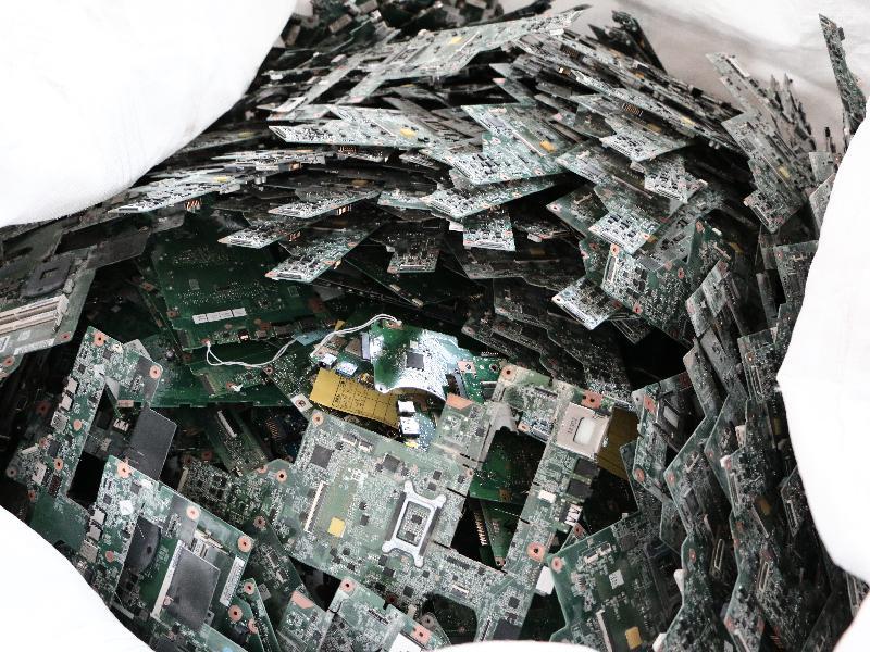 環境保護署去年七月在粉嶺一回收場發現屬有害電子廢物的廢印刷電路板,重量約為兩噸。