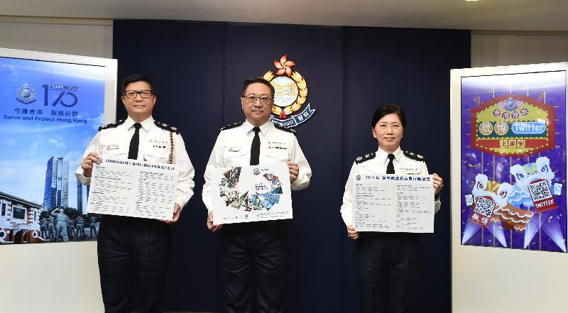 警務處處長盧偉聰今日(一月二十九日)在記者會上回顧二○一八年香港治安情況。警務處副處長(管理)趙慧賢(右)及副處長(行動)鄧炳強(左)亦出席了記者會。
