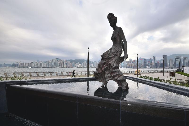 位於尖沙咀的星光大道完成優化工程,今日(一月三十日)舉行重開典禮,並於明日向公眾開放。「香港的女兒」梅艷芳銅像的底座新加入流水階梯設計,水流較慢,模仿梅艷芳在舞台上的表演。