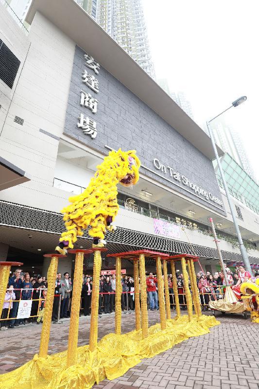 香港房屋委員會轄下商場舉辦連串農曆新年慶祝活動。圖為安達商場在一月中開幕典禮舉行的醒獅表演。