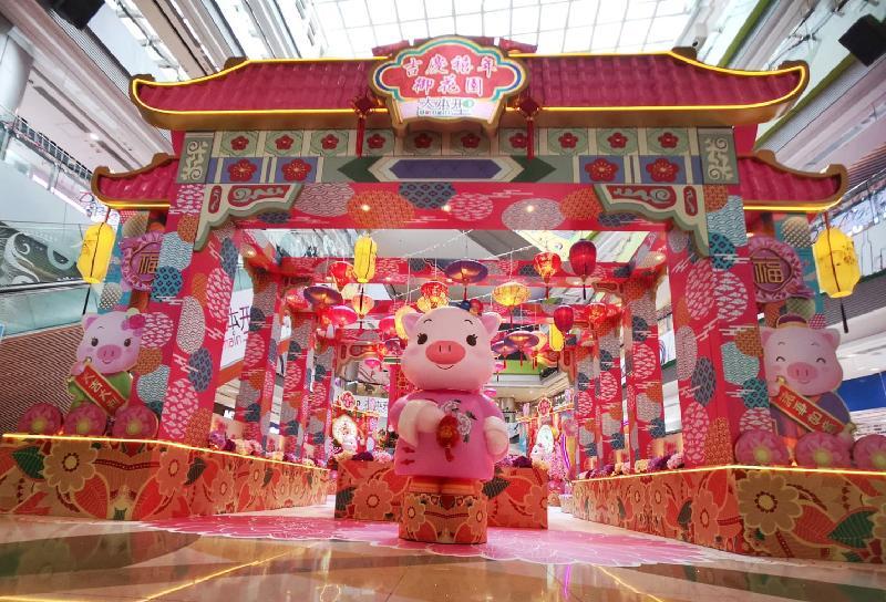 香港房屋委員會轄下商場舉辦連串農曆新年慶祝活動。圖為位於油塘「大本型」的新年布置。