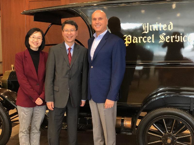 香港駐美國總經濟貿易專員麥德偉(中)和香港駐紐約經濟貿易辦事處處長朱瑞雯(左)在亞特蘭大兩日的訪問行程中與UPS國際部總裁Nando Cesarone(右)會面。