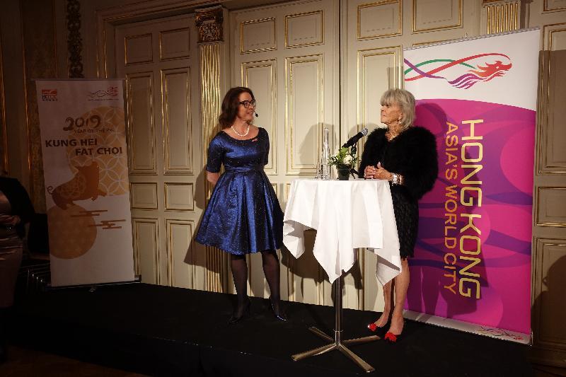 香港駐倫敦經濟貿易辦事處一月二十九日(斯德哥爾摩時間)在瑞典斯德哥爾摩舉行新春酒會及研討會,同時慶祝瑞典公主Princess Birgitta(右)擔任瑞典香港商會贊助人十五年。旁為瑞典香港商會主席Torborg Chetkovich(左)。