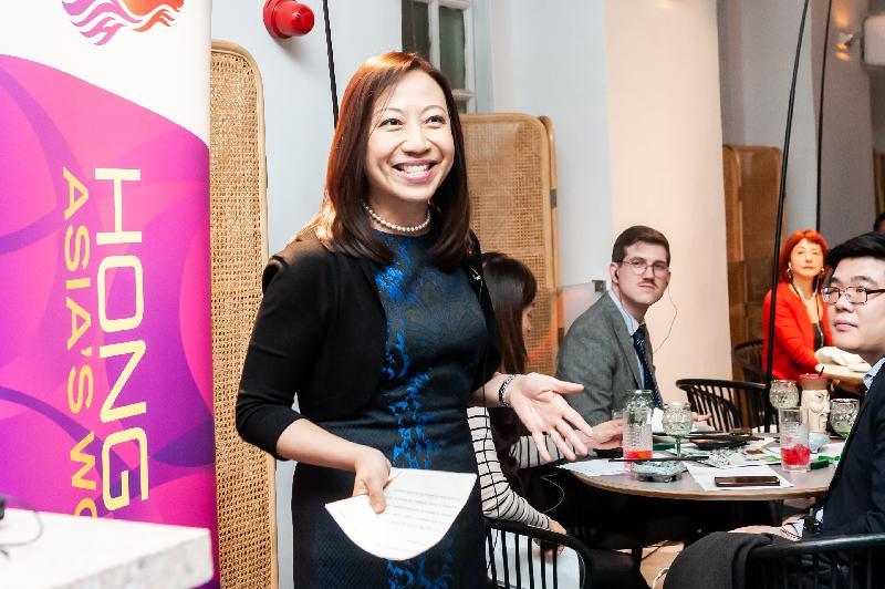 香港駐倫敦經濟貿易辦事處(倫敦經貿辦)處長杜潔麗一月三十一日(倫敦時間)在倫敦都爹利會館於《無處之居》上演後致辭。這是一齣現場收音戲劇,環繞一個在英香港家庭的餐廳聚會。是次演出由倫敦經貿辦贊助。