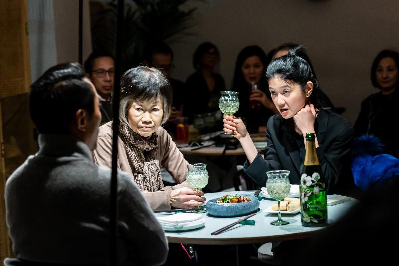 戲劇《無處之居》一月三十一日(倫敦時間)在倫敦都爹利會館上演。這是一齣現場收音戲劇,環繞一個在英香港家庭的餐廳聚會。是次演出由香港駐倫敦經濟貿易辦事處贊助。