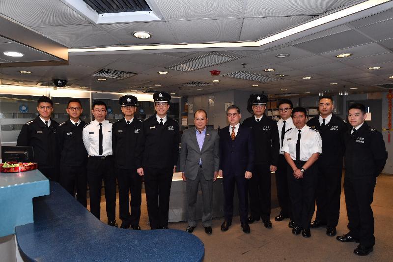 政务司司长张建宗(左六)今早(二月五日)在入境事务处副处长罗振南(右六)陪同下到访落马洲管制站,并与当值的入境事务处人员合照。