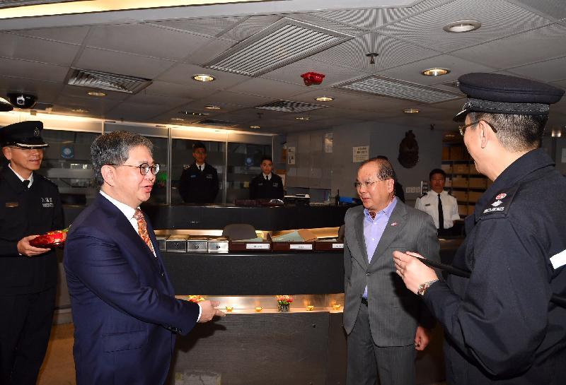 政务司司长张建宗(右二)今早(二月五日)在入境事务处副处长罗振南(左二)陪同下到访落马洲管制站,并与当值的入境事务处人员交谈。