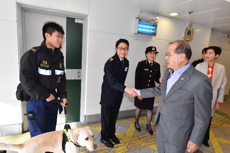 政务司司长张建宗今早(二月五日)到访落马洲管制站。图示张建宗(右二)在海关副关长何佩珊(右一)陪同下与当值的海关人员交谈。