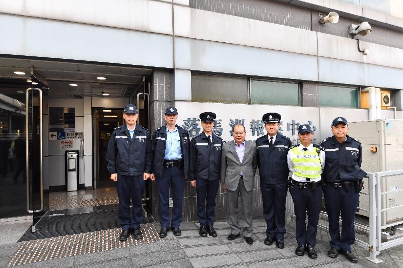 政務司司長張建宗(中)今早(二月五日)在香港警務處落馬洲分區指揮官張國威(右三)陪同下到訪警務處位於落馬洲管制站的報案中心,並與當值警務人員合照。