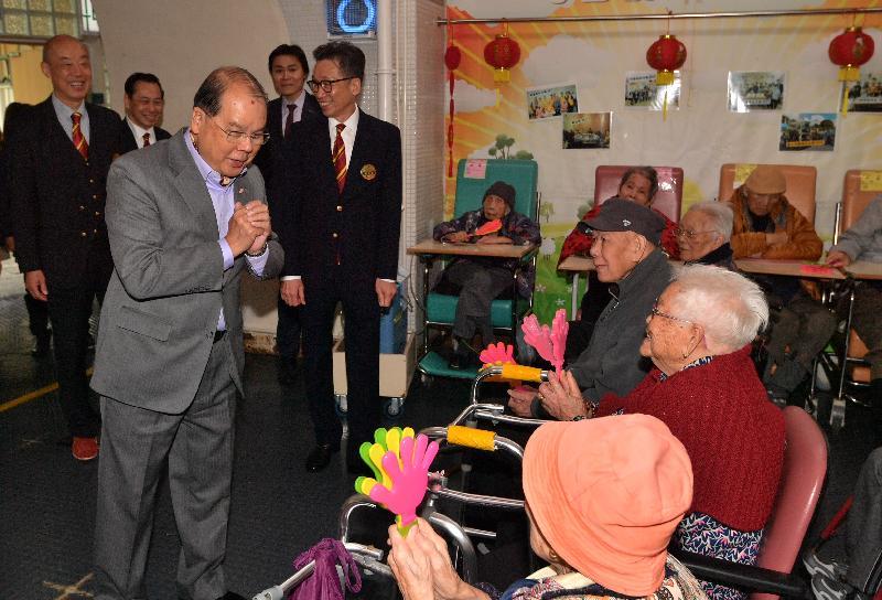 政務司司長張建宗(左三)今早(二月五日)到訪大埔一所護理安老院,向院內長者拜年。