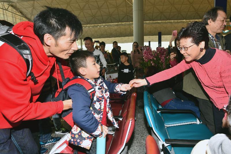 行政長官林鄭月娥今日(二月五日)在香港國際機場出席新春慶祝活動。圖示林鄭月娥(右)向市民送上新春祝福。