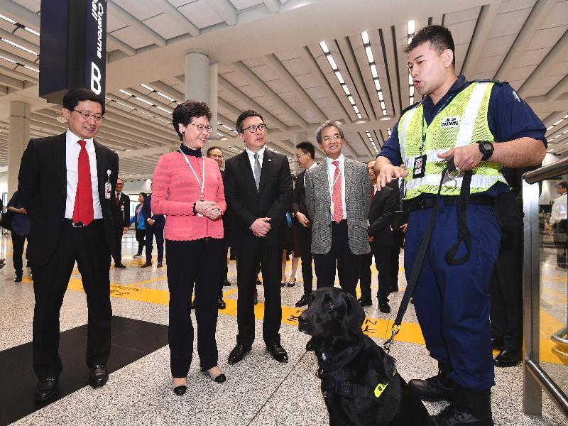行政長官林鄭月娥今日(二月五日)在香港國際機場出席新春慶祝活動。圖示林鄭月娥(左二)在海關關長鄧以海(左三)陪同下探訪在機場當值的海關前線人員,並了解他們的工作。