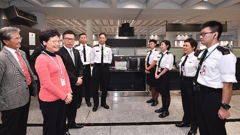 行政長官林鄭月娥今日(二月五日)在香港國際機場出席新春慶祝活動。圖示林鄭月娥(左二)在海關關長鄧以海(左三)陪同下探訪在機場當值的海關前線人員,並感謝他們在節日工作。