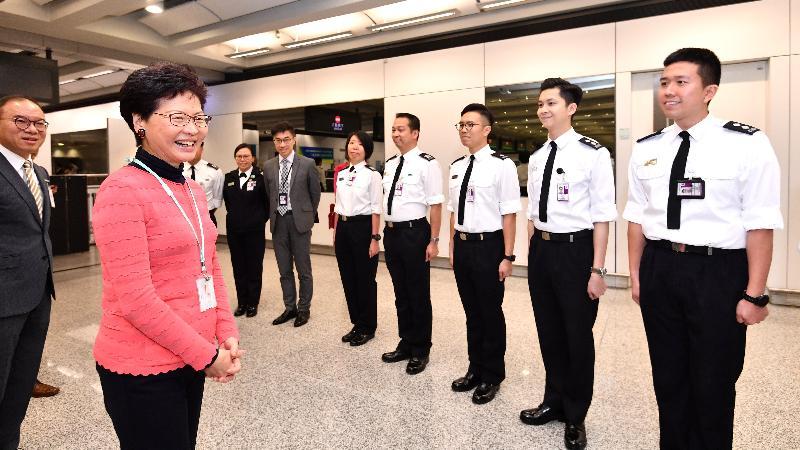 行政長官林鄭月娥今日(二月五日)在香港國際機場出席新春慶祝活動。圖示林鄭月娥(左二)在入境事務處處長曾國衞(左一)陪同下探訪在機場當值的入境事務處前線人員,並感謝他們在節日工作。